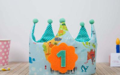 Mirar la corona de cumpleaños del mapamundi